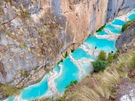 aguas turquesas en medio de un cañón