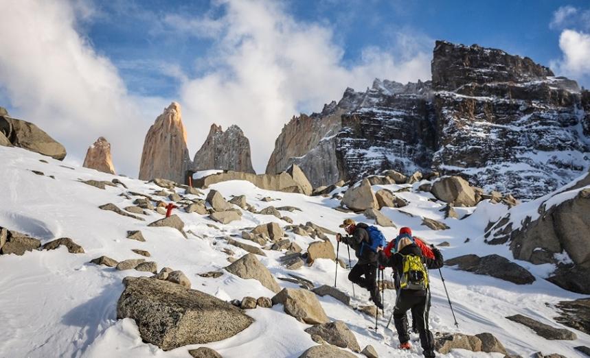 Viajeros caminando por la nieve en dirección a Base Torres