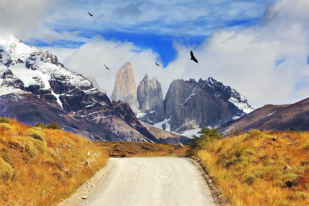 Camino de tierra en dirección a montañas