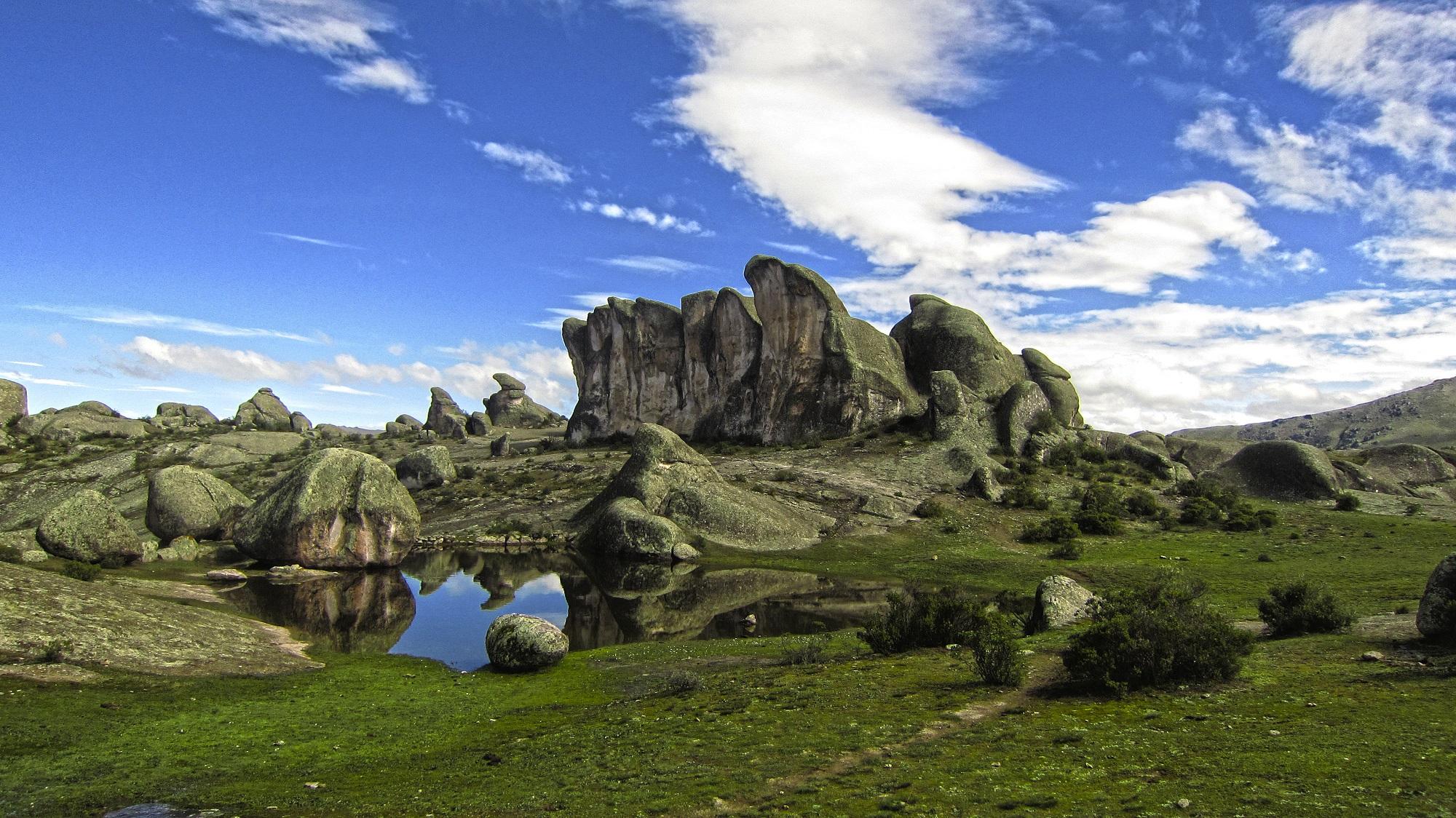 Formaciones rocosas extrañas en uno de los mejores trekking en lima