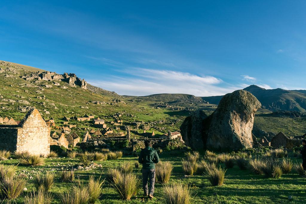 Viajero observando pueblo fantasma en trekking en lima