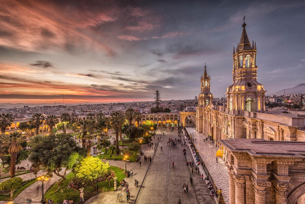 Atardecer en ciudad colonial de Arequipa