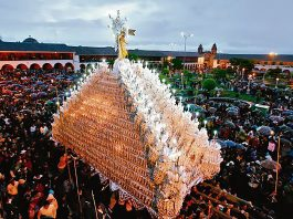 Gran procesión religiosa en plaza durante semana santa en ayacucho