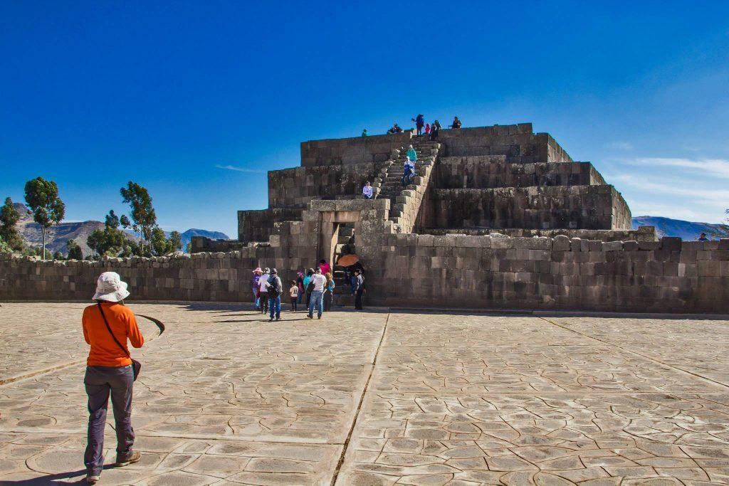 Turistas frente a pirámide inca en Ayacucho