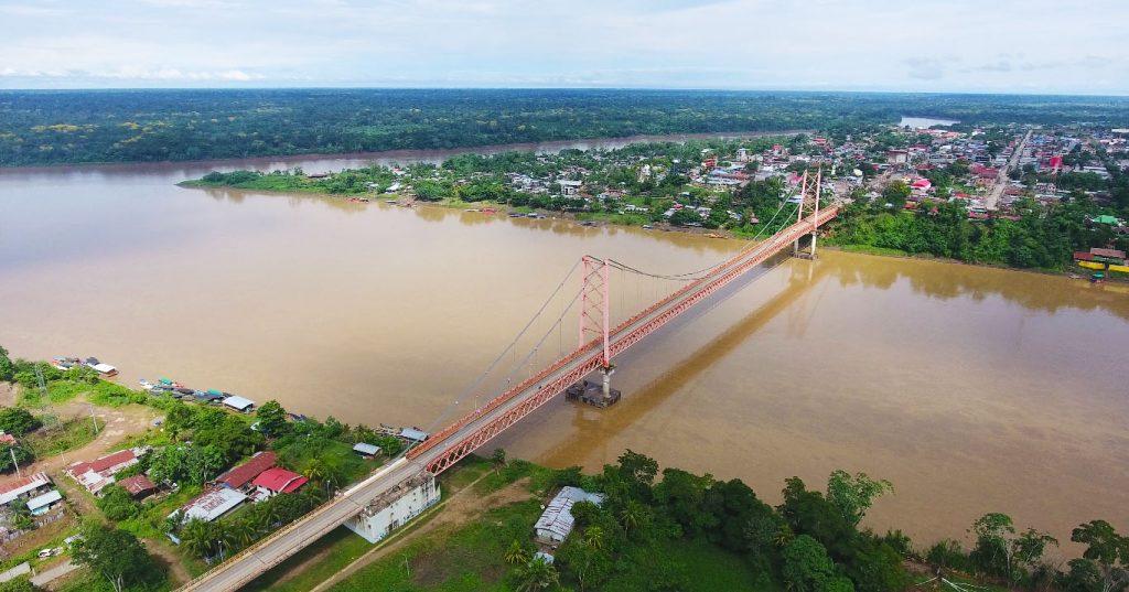 Puente cruzando en la selva peruana en puerto maldonado