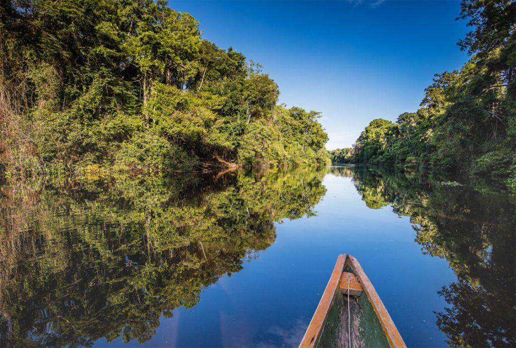 Bote navegando por calmas aguas en pacaya samiria