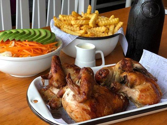 Pollo a la brasa con papas fritas y ensalada