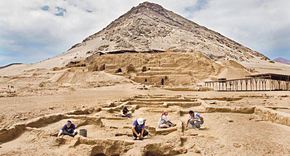 Arqueólogos excavando sitio arqueológico de la ruta moche