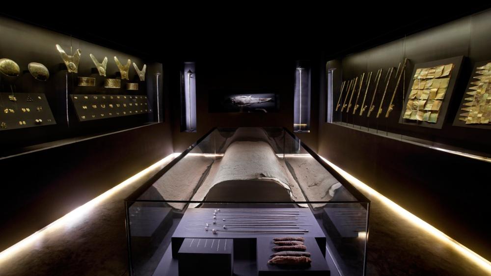 Artefactos arqueológicos en una sala de museo