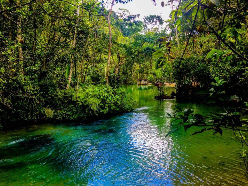 Río cristalino en la selva de Tarapoto