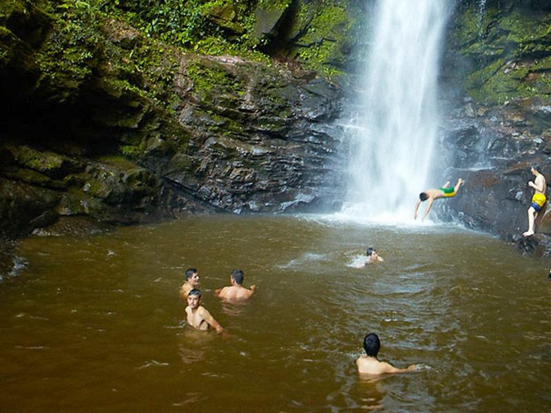 Jóvenes disfrutando de la catarata de ahuashiyacu