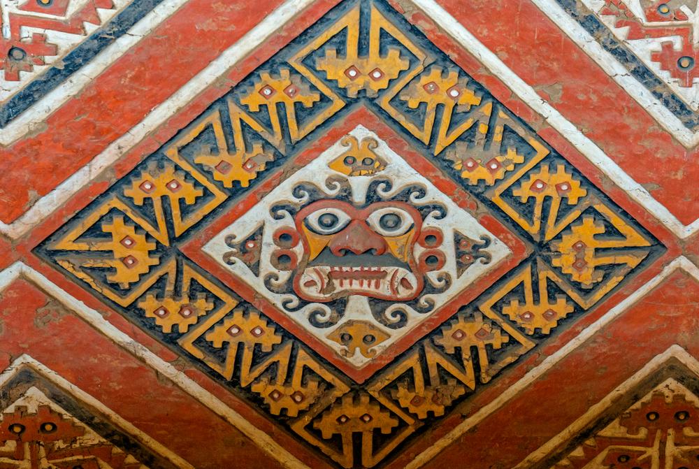 Diseño de una deidad en complejo arqueológico