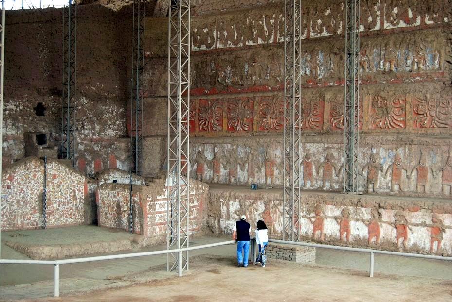 Turistas observan diseños de complejo arqueológico