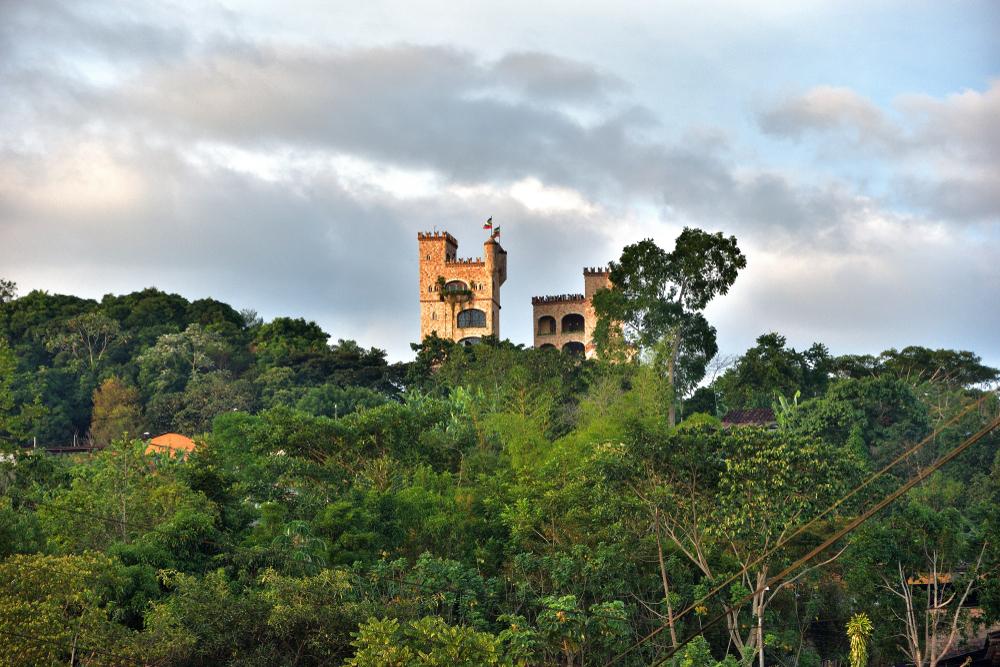 Selva peruana y al fondo un castillo de ladrillo