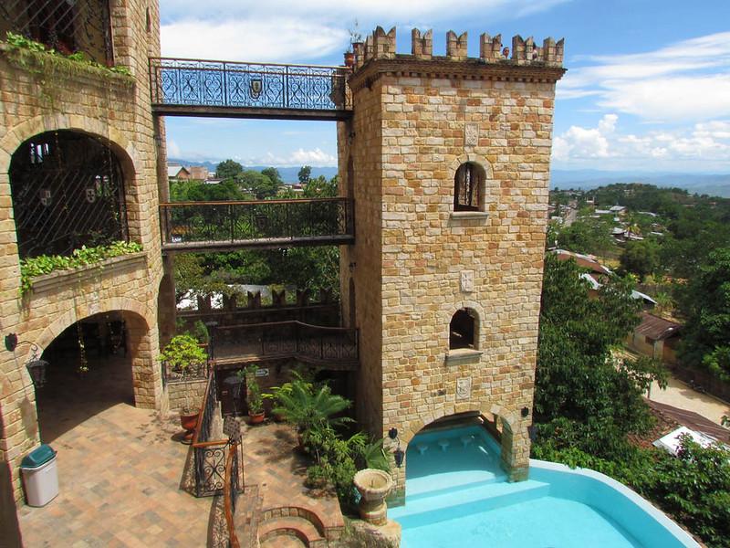 Torre de castillo y piscina en lamas