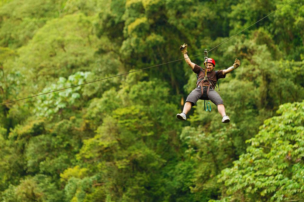 Hombre bajando en zipline en la selva de tambopata