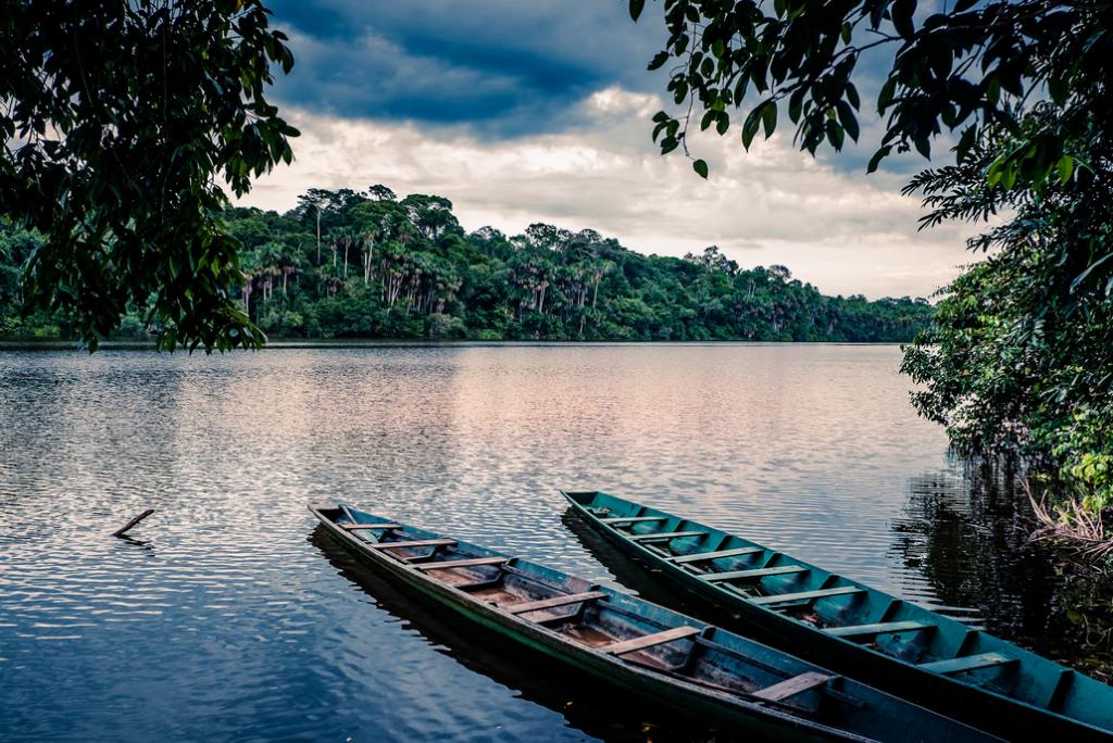 Dos canoas en lago durante el atardecer en Tambopata