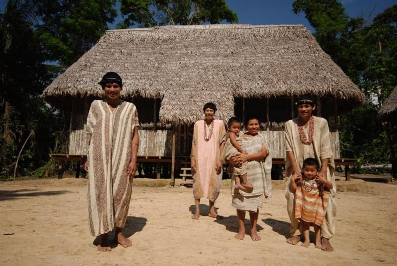 Familia de nativos de la selva peruana