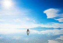 Persona andando en bicicleta sin tour en Salar de Uyuni