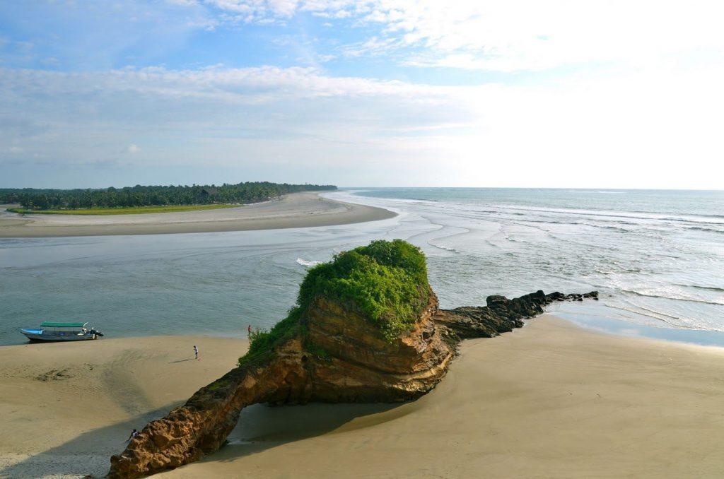 Playa con roca de extraña formación en ecuador