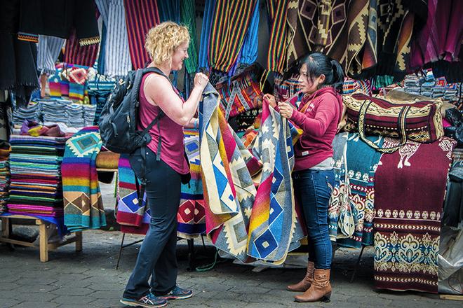 Mujer comprando artesanías en Ecuador