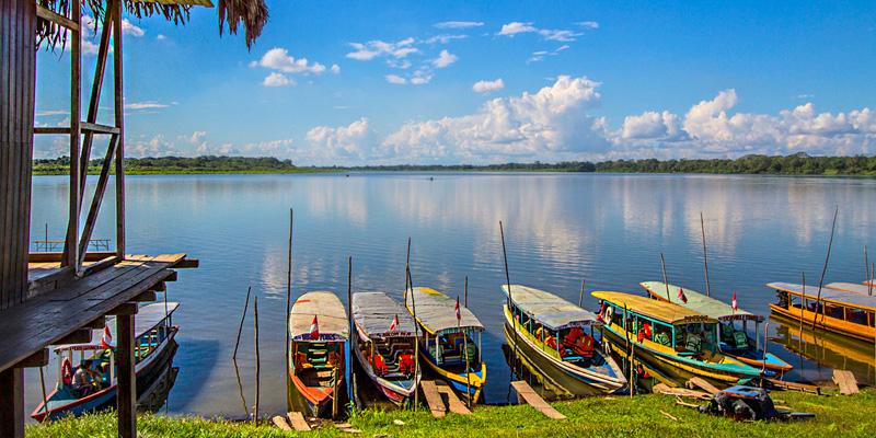 Botes de colores sobre gran lago en la selva de pucallpa