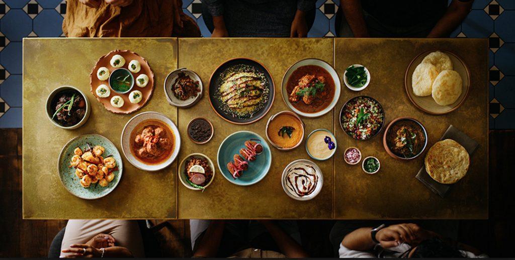 Mesa con varios platos de comida