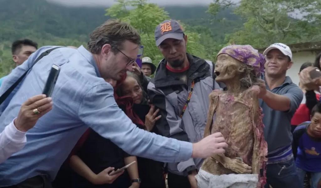 Homre toca a una momia frente a muchedumbre