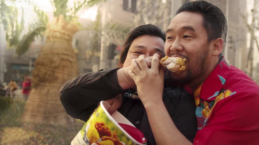 Dos personas comiendo pollo frito en una serie de Netflix