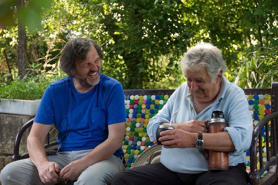 Dos hombres sentados tomando mate