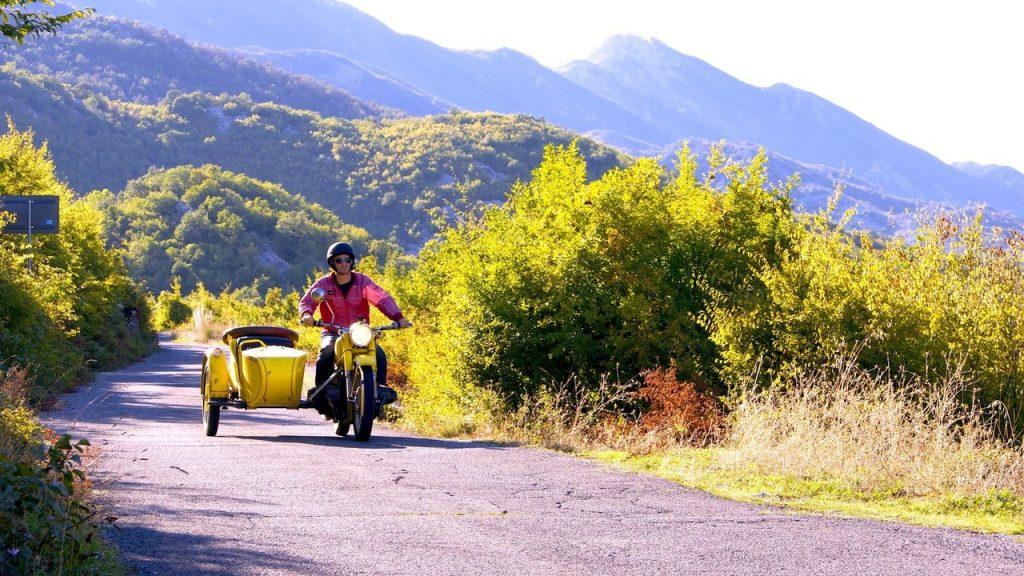 Viajero en motocicleta en la ruta
