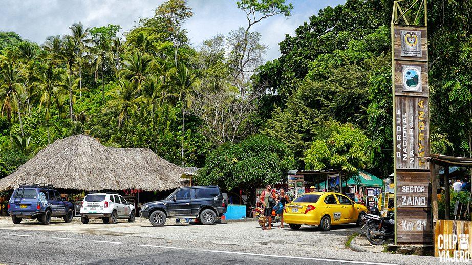 Carros y selva en entrada a parque nacional tayrona