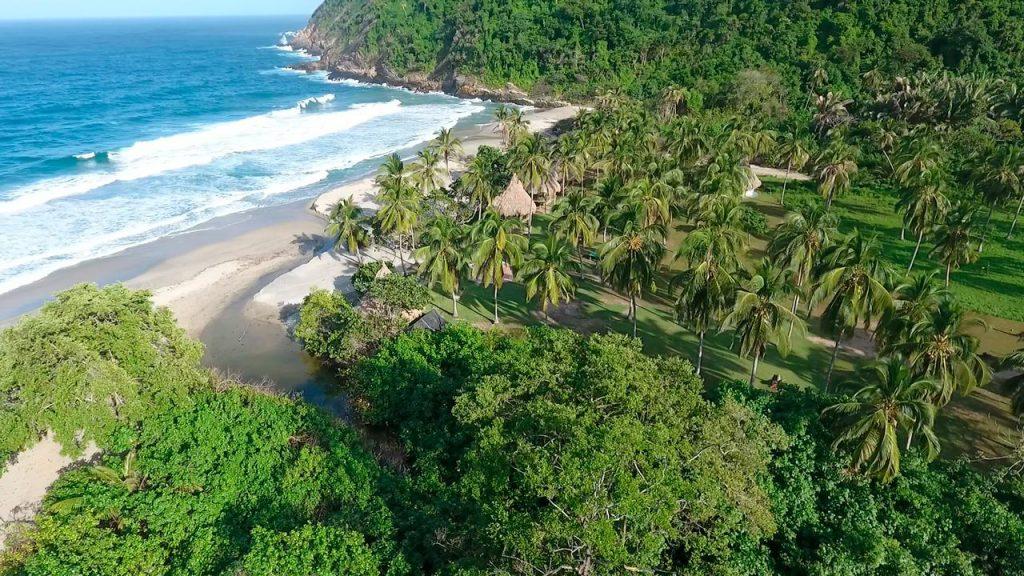 Selva y playa en parque nacional de Colombia