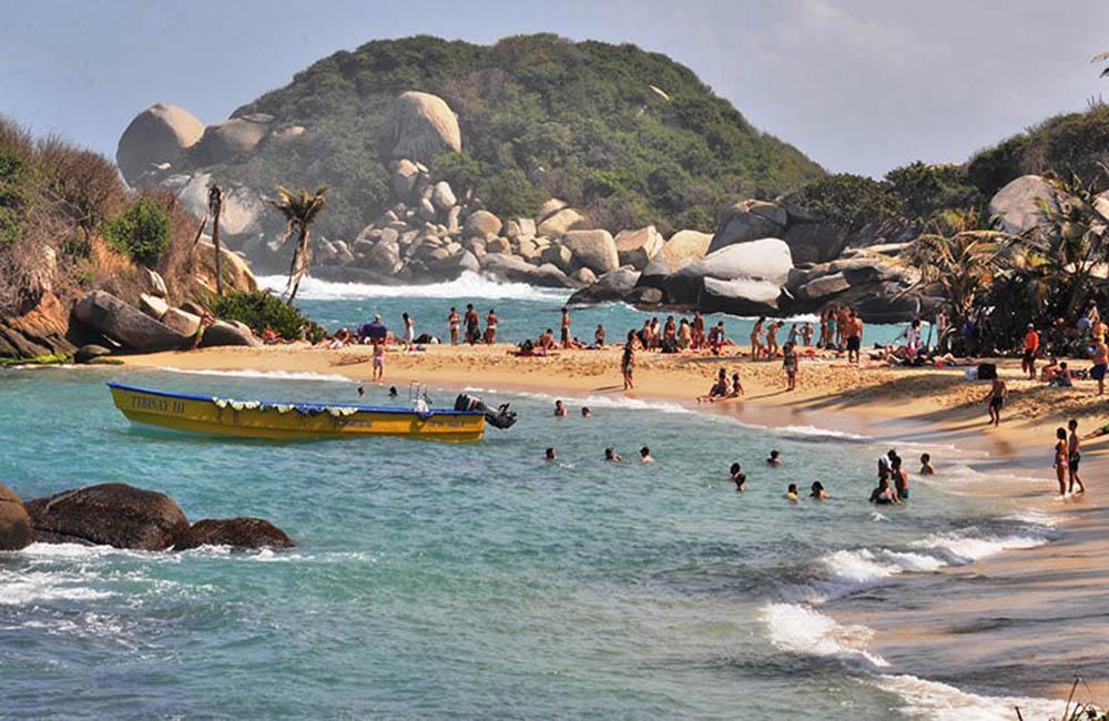 Muchas personas en playa de Colombia
