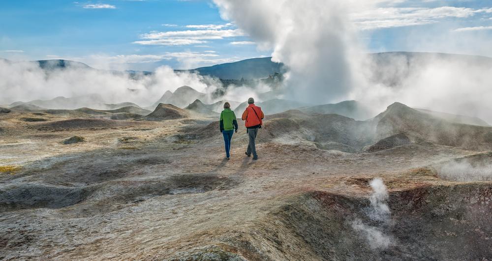 Dos viajeros caminando a través de Geysers en Bolivia