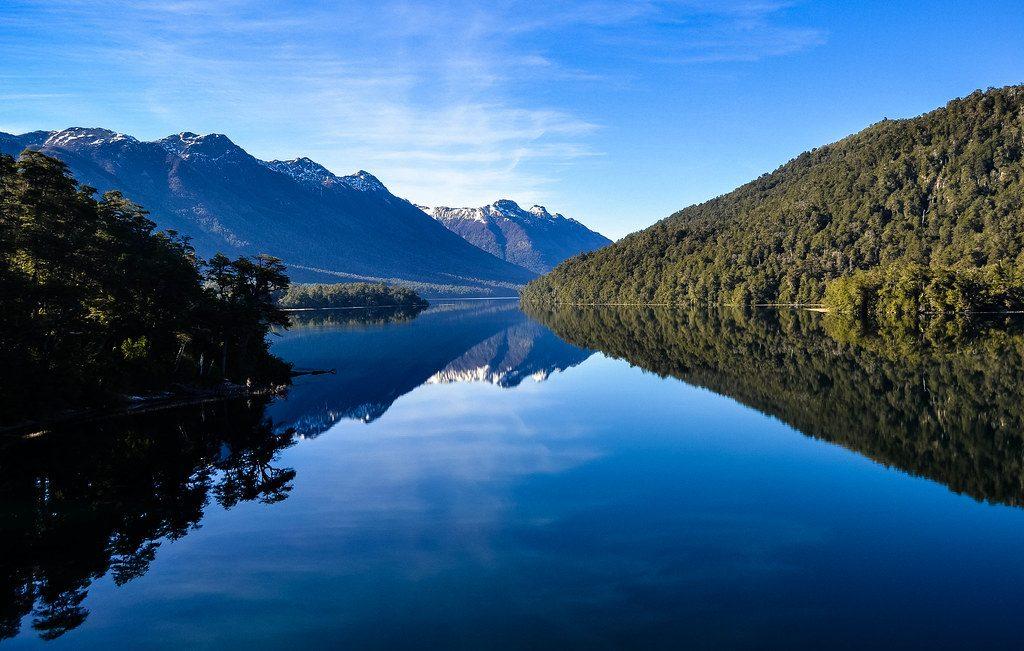 Lago y reflejo bajo las montañas en el agua