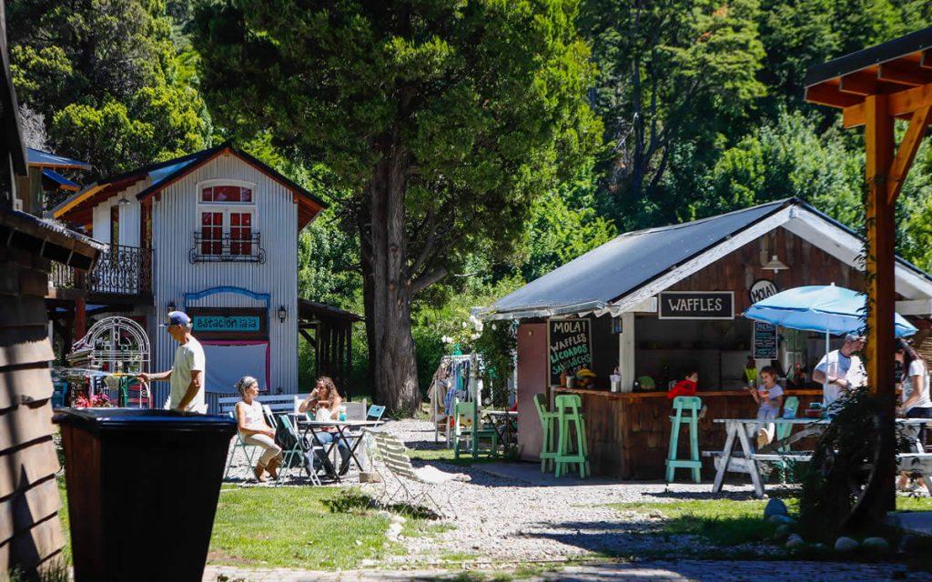 Personas en pequeña villa en medio de un bosque