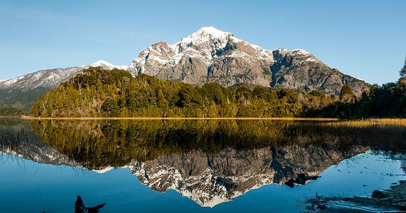 Lago reflejando la montaña y montañas sobre el en bariloche