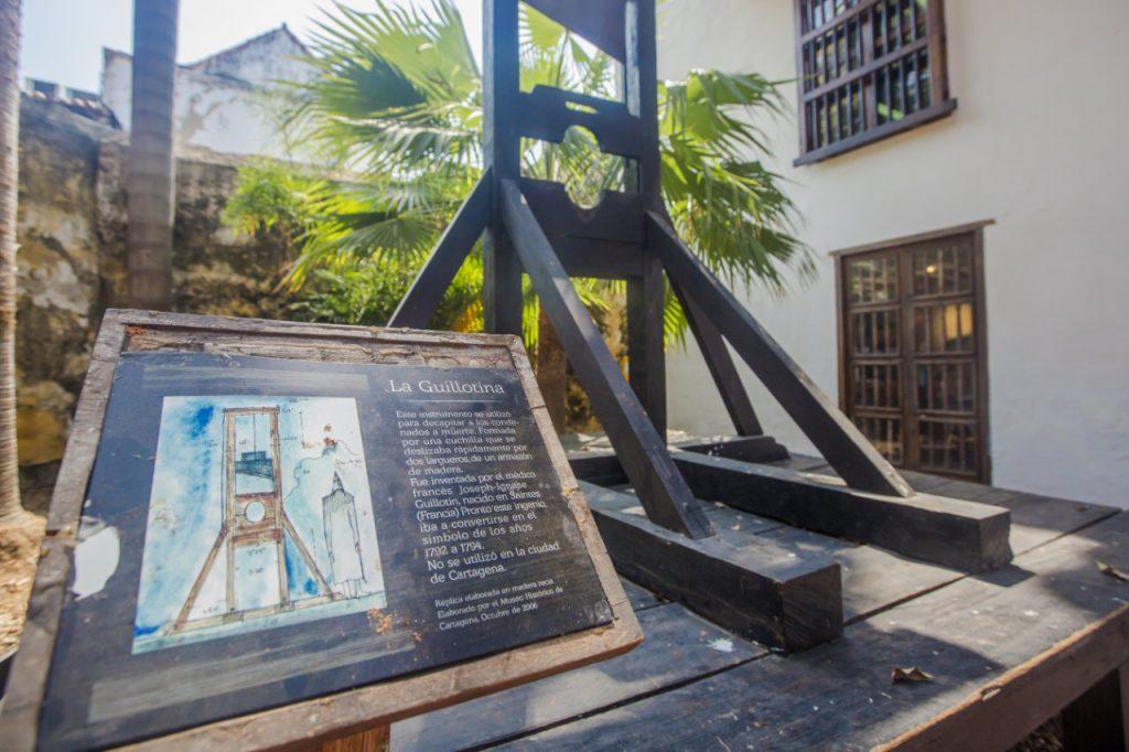 Guillotina dentro de un museo en cartagena