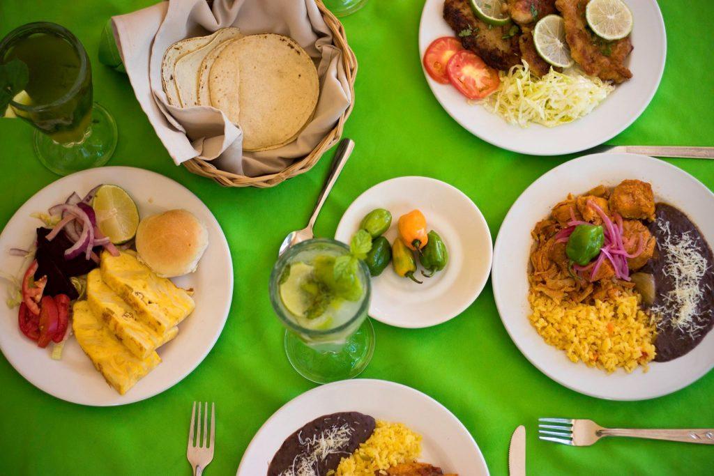 Platos de comida sobre una mesa verde