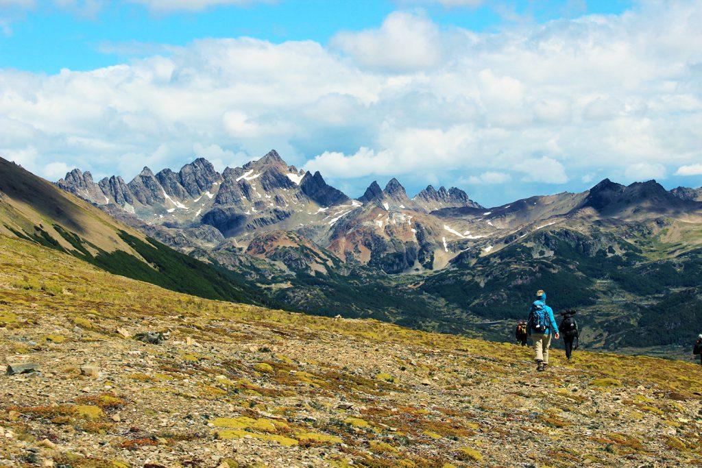 Personas caminando y al fondo montañas