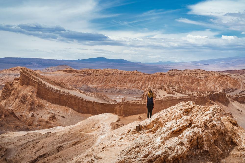 Viajera observando el desierto en Chile