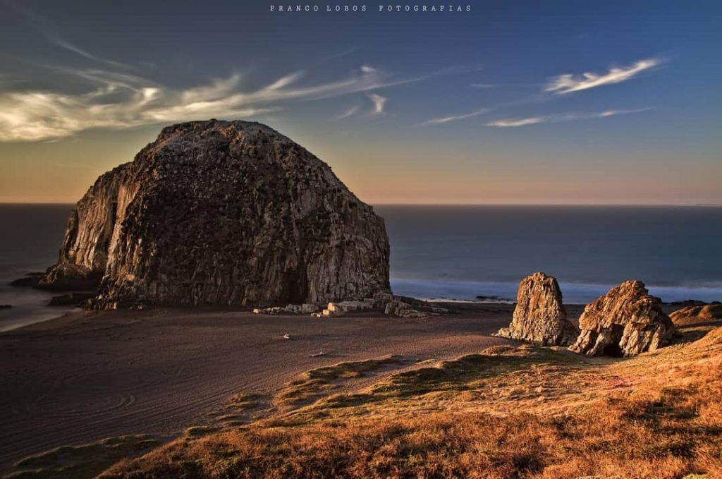 Roca gigante en la orilla del mar en Chile