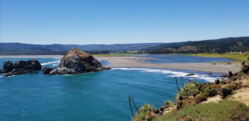 Gigantezca roca en la orilla de la playa en Chile