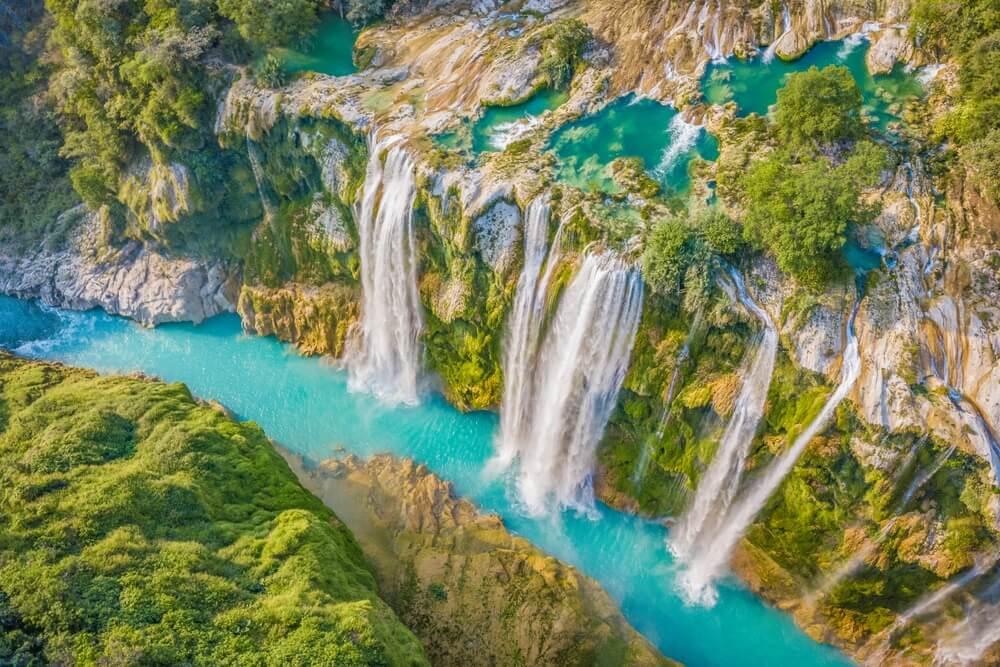 Cascada en medio de vegetación y río turquesa en méxico