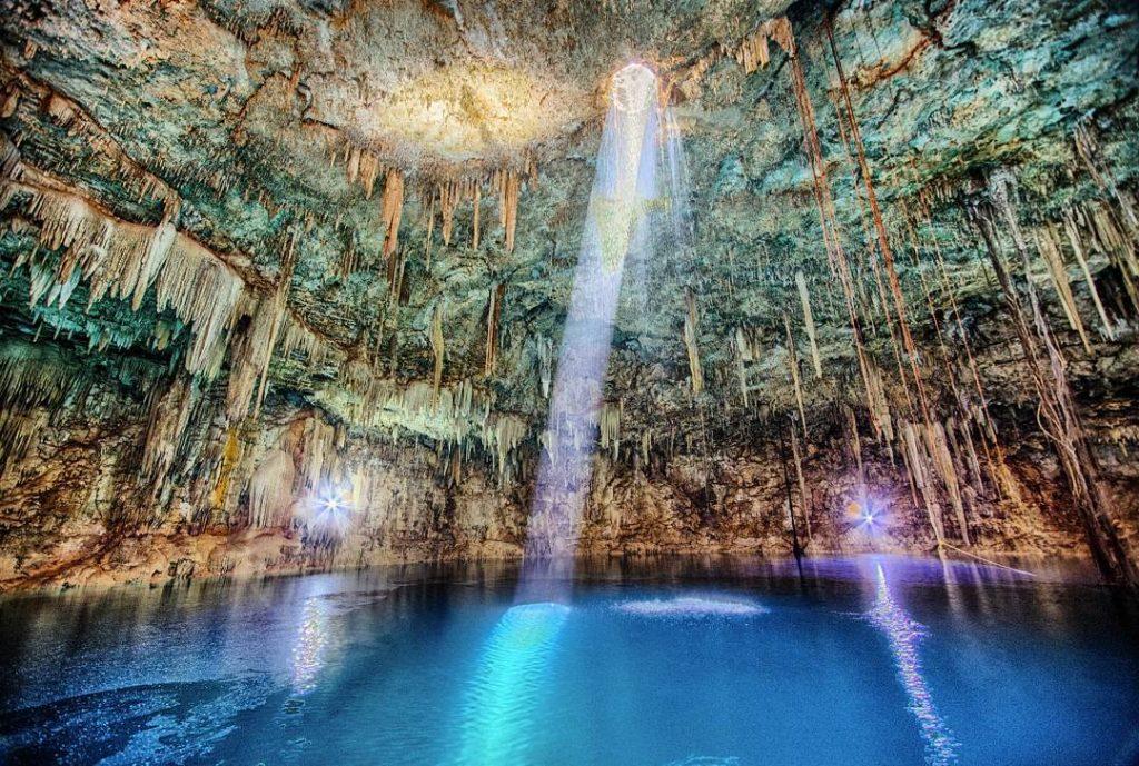 Cenote con aguas color turquesa en méxico