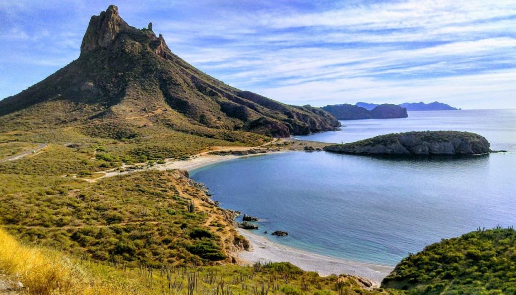 Cerro puntiagudo frente a la playa en méxico