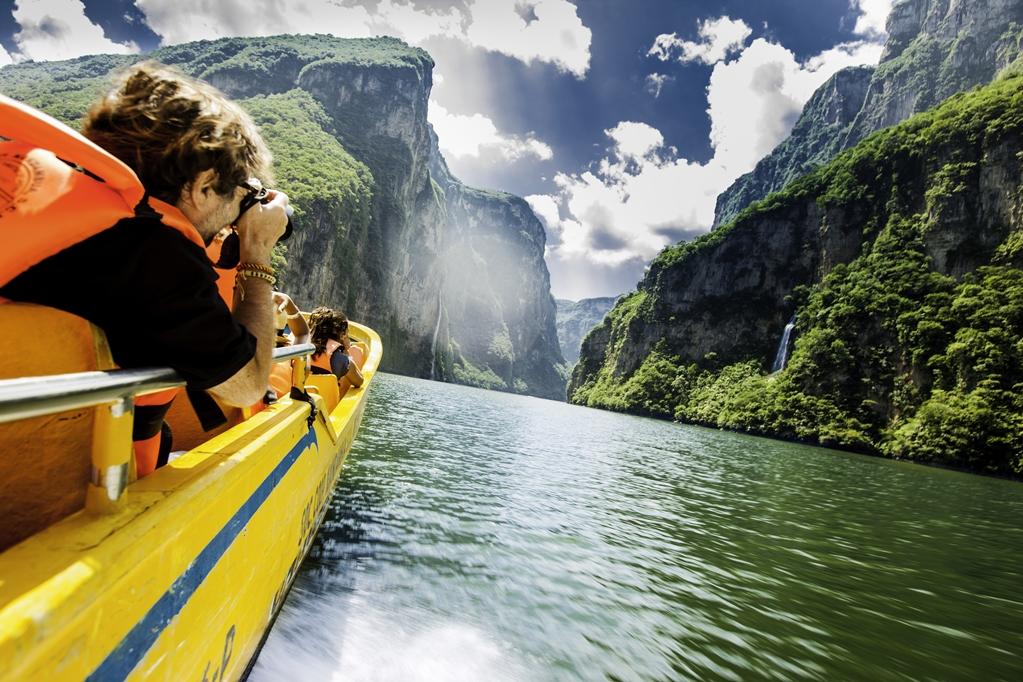 Viajeros en un bote atraviesan un cañón en méxico