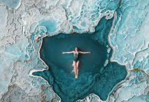 Mujer bañandose en una laguna color turquesa
