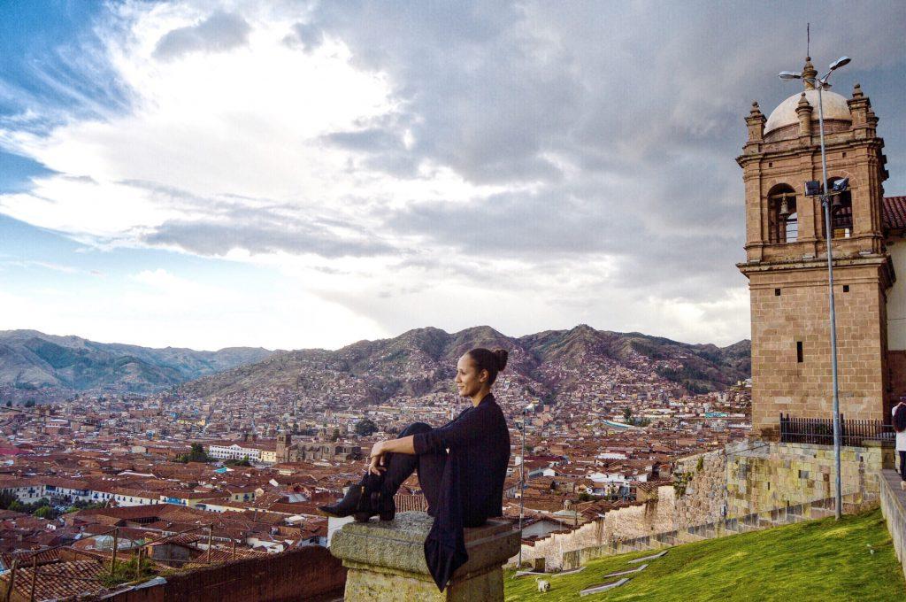 Viajera observando la ciudad de cusco desde las alturas